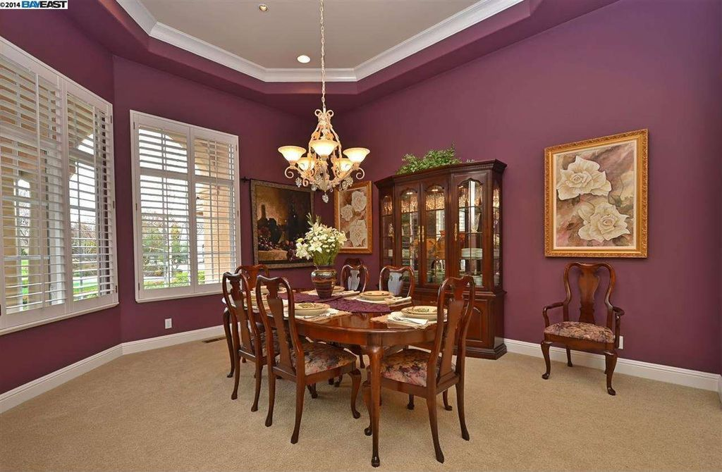 traditional dining room with chandelier crown molding in