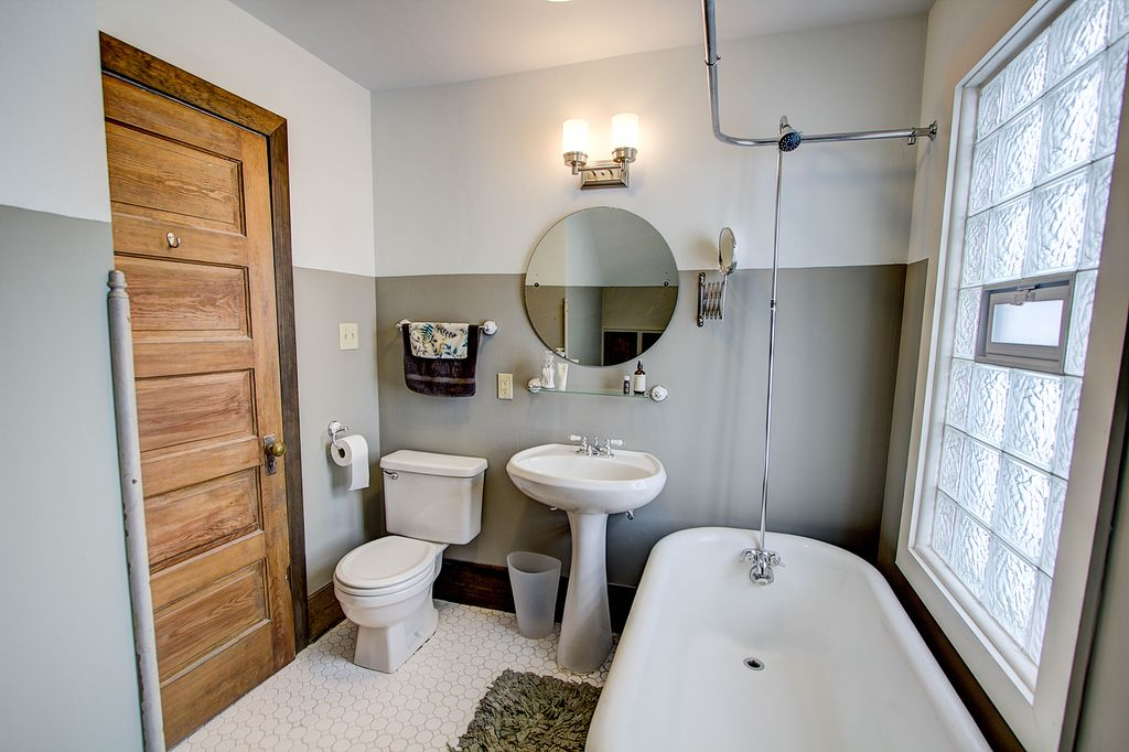 Cottage full bathroom in milwaukee wi zillow digs for Full bathroom ideas