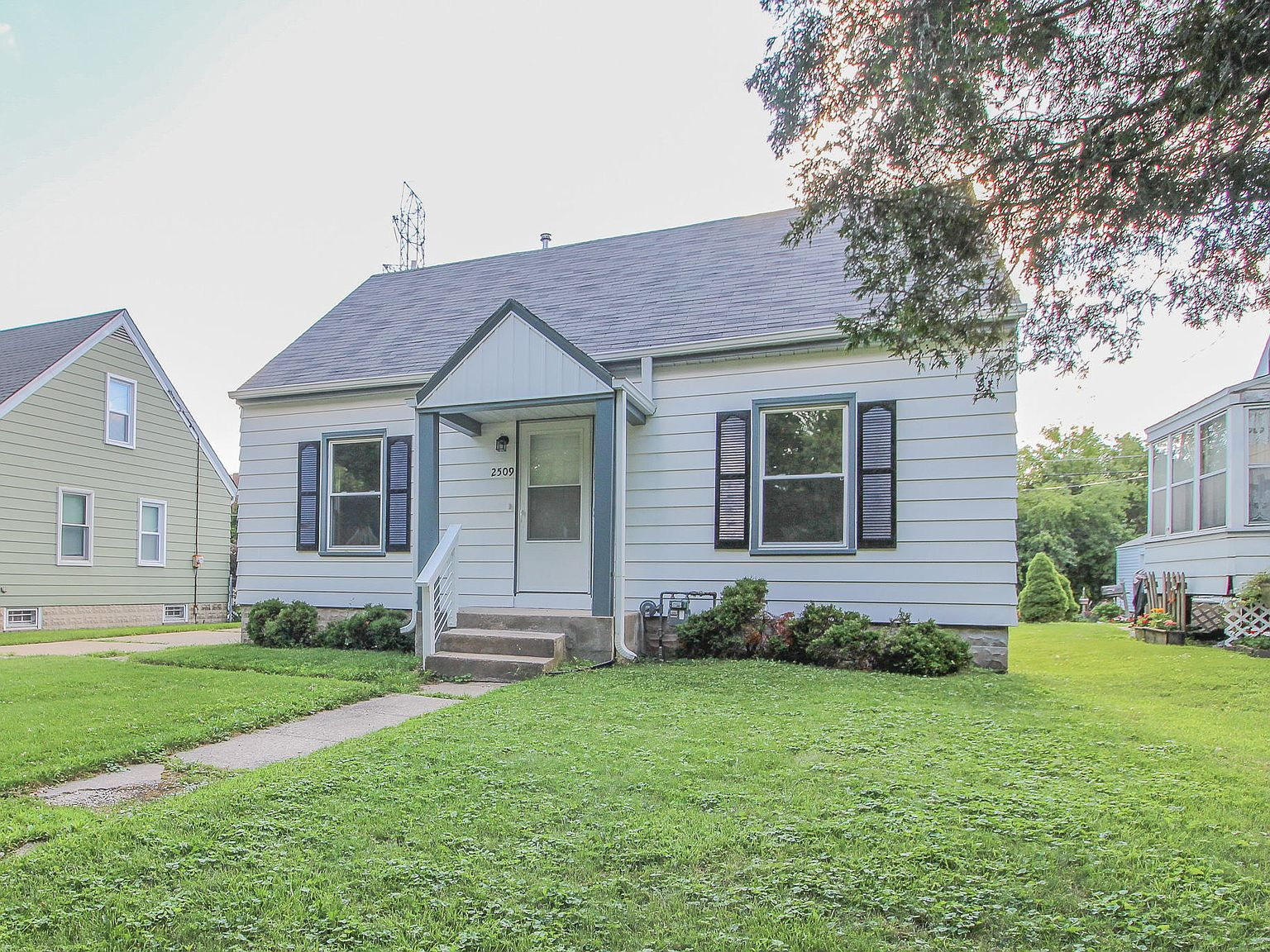 2509 S 99th St West Allis Wi 53227 Mls 1700687 Zillow