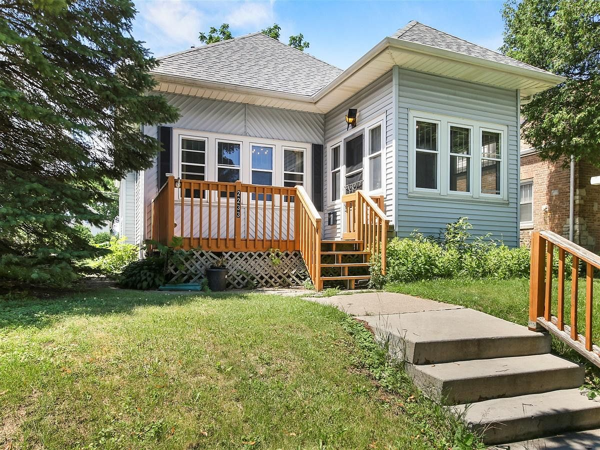 2233 S 69th St West Allis Wi 53219 Mls 1698751 Zillow