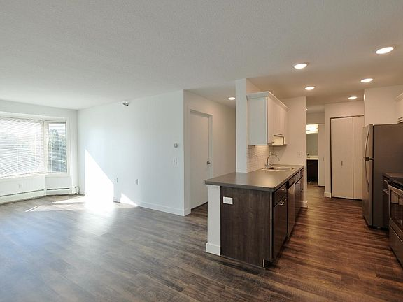 The Markham Apartment Rentals - Maplewood, MN | Zillow