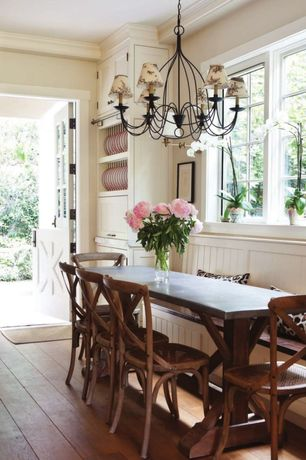 Cottage dining room with crown molding hardwood floors - Salle a manger style colonial ...