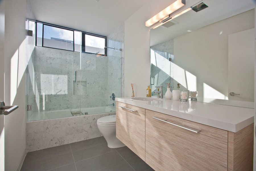 Contemporary full bathroom with tiled wall showerbath - Salle d eau grise ...
