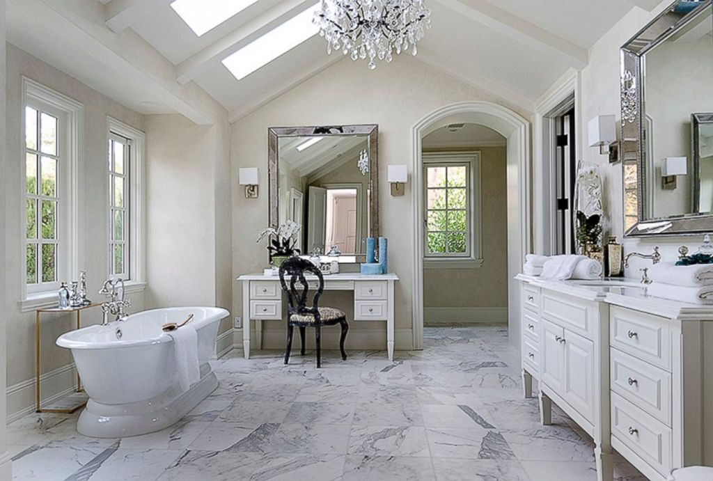 Traditional Full Bathroom With Wall Sconce Flush Zillow Digs Zillow