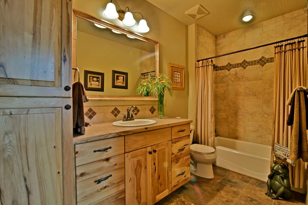 Rustic Bathroom Designs: Rustic Full Bathroom With Raised Panel & Ceramic Tile In