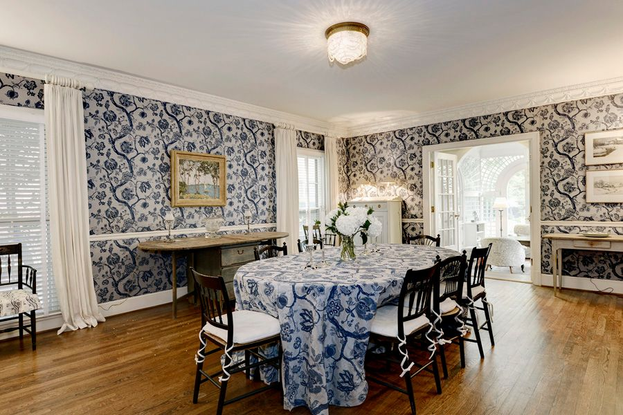 traditional dining room with crown molding & flush light in kailua