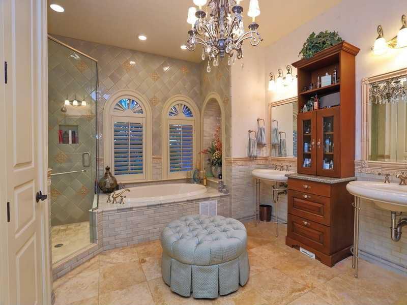 Traditional Master Bathroom With Raised Panel Specialty Door In Bradenton Fl Zillow Digs