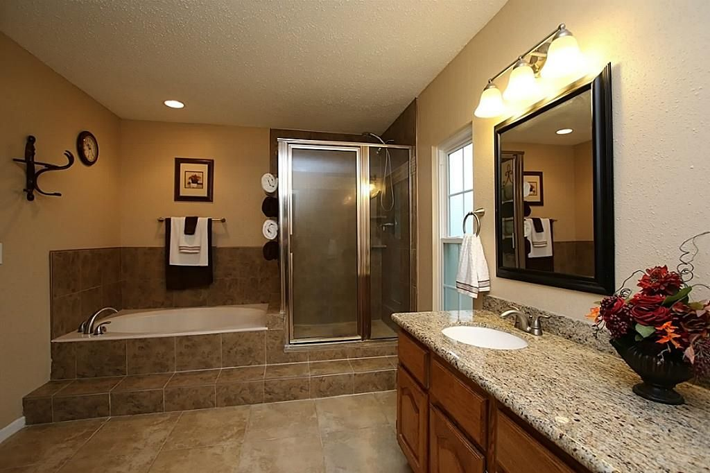 Traditional full bathroom in spring tx zillow digs zillow for Full bathroom designs