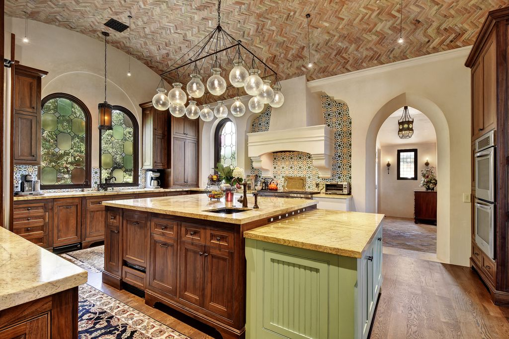 Mediterranean Kitchen With U Shaped Hardwood Floors In Austin Tx Zillow Digs Zillow