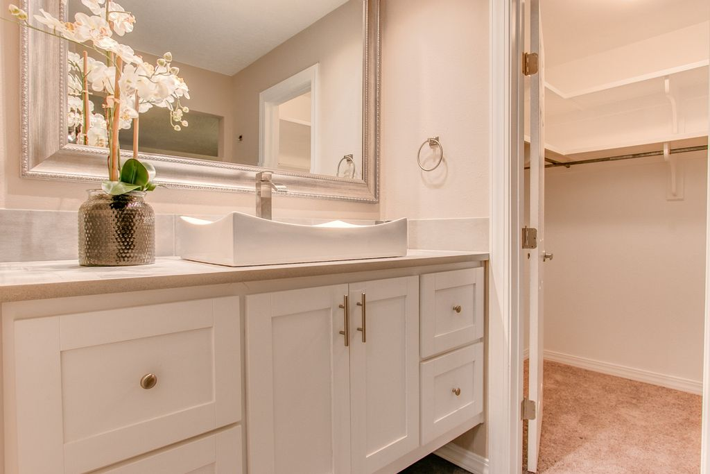 traditional master bathroom with 2 piece shaker rtf cabinet doors medium beige frieze twisted