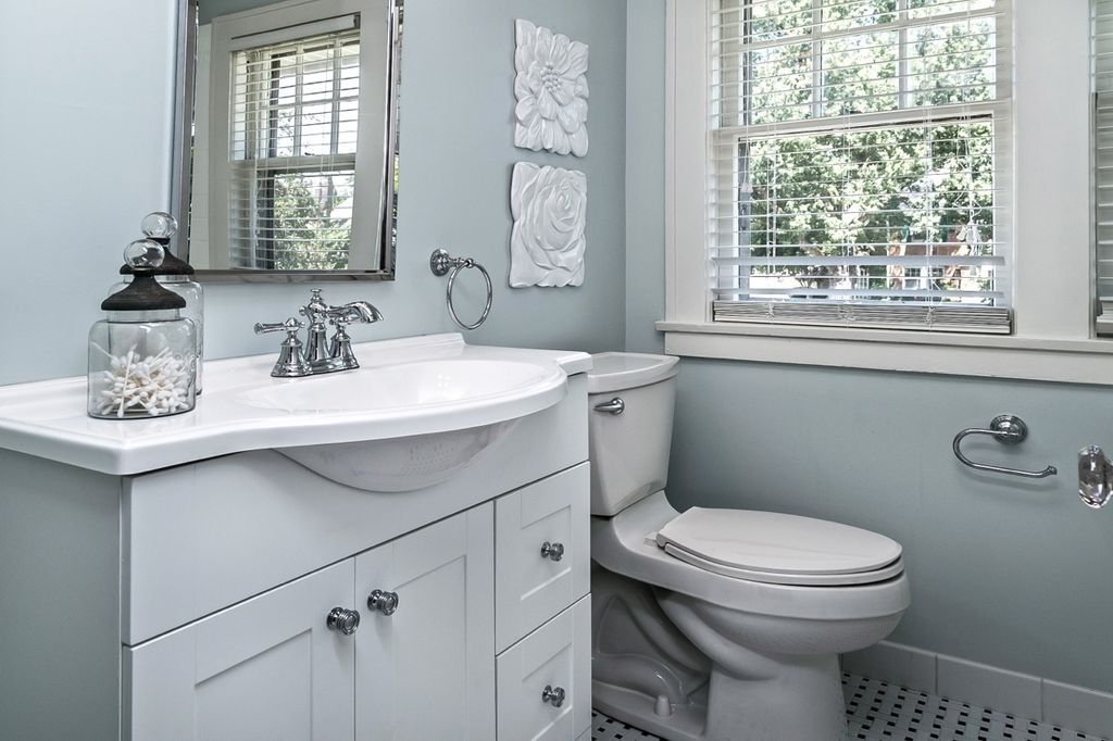 traditional powder room with delta victorian 4 in centerset 2handle high arc