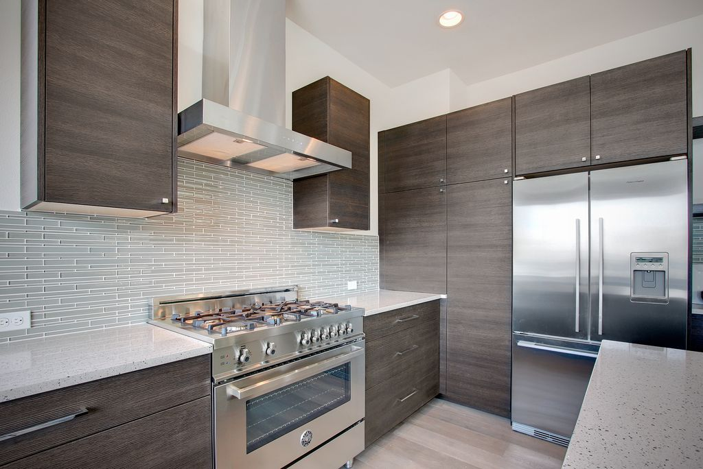 Modern kitchen with l shaped by isola homes zillow digs for Decorador de interiores