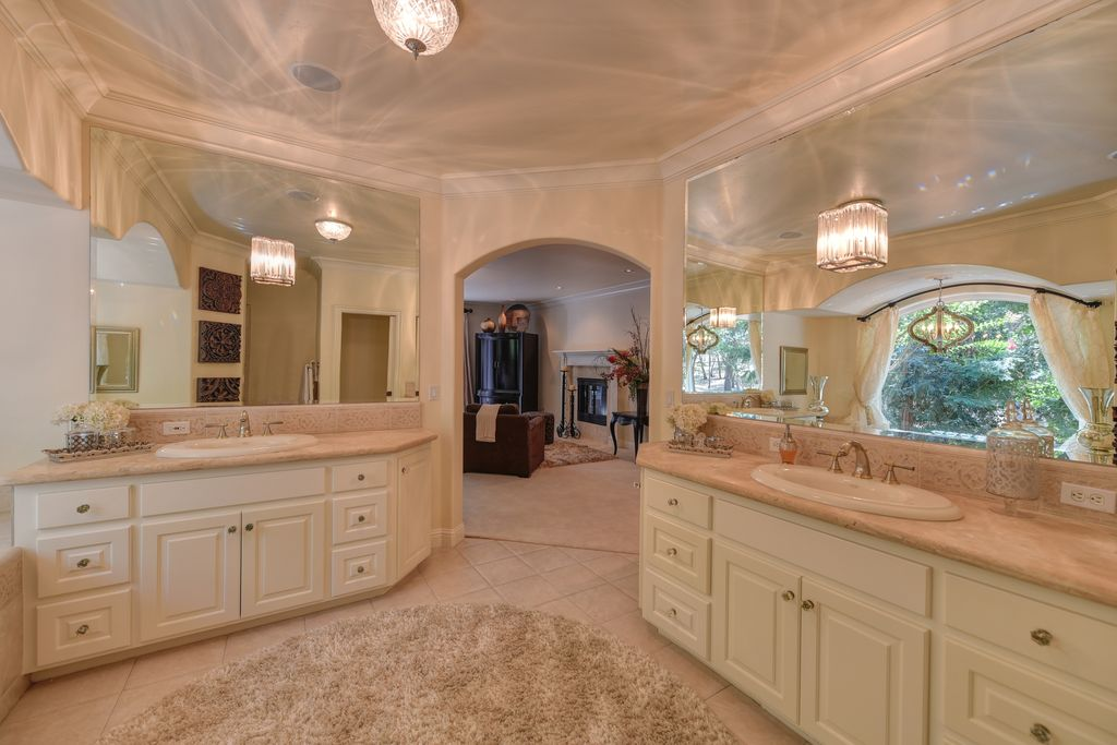 Traditional Master Bathroom With Malibu Shag Natural Area Rug, Cardington  12.99 In W Aged