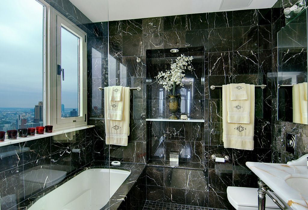 Master bathroom with master bathroom by the corcoran group for Carrelage de marbre blanc