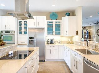 Kitchen with kitchen island glass panel in venice fl for Kitchen cabinets venice fl