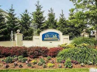 312 Narragansett Villas Dr # 312, Lindenhurst NY
