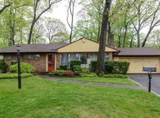 60 Crescent Ln , Roslyn Heights NY