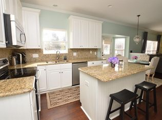 Traditional Kitchen With Pendant Light Amp Breakfast Nook In