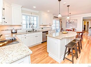 Traditional Kitchen With Ceramic Tile Breakfast Nook In Ridgefield Ct Zillow Digs Zillow
