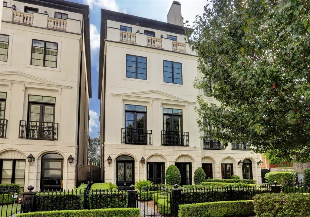 London townhome style with this stucco townhouse in Houston with dramatic interiors featuring black.